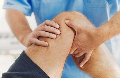 Therapieanwendungen Physiotherapeut macht Patient auf Problemzonen aufmerksam