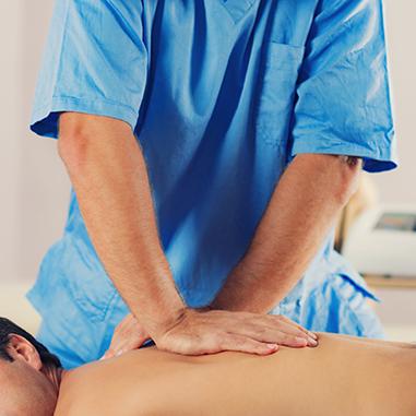 Systemische Narbentherapie nach Boeger Therapieanwendung Physiotherapeut massiert Rücken vom Patient