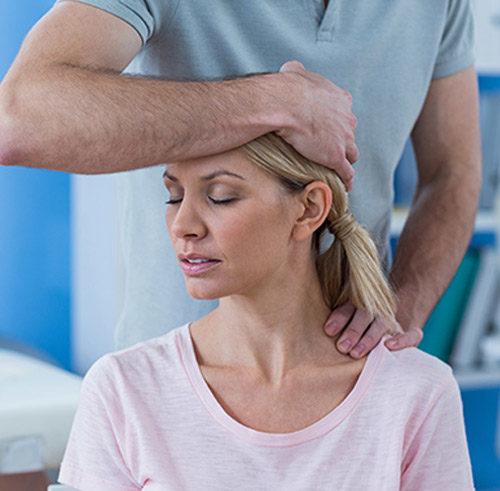 Nackenmassage Therapieanwendung Physiotherapeut massiert Patient am Nacken
