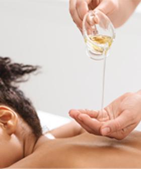 Aromaöl Massage Physiotherapeut massiert Patient am Rücken mit Aromaöl