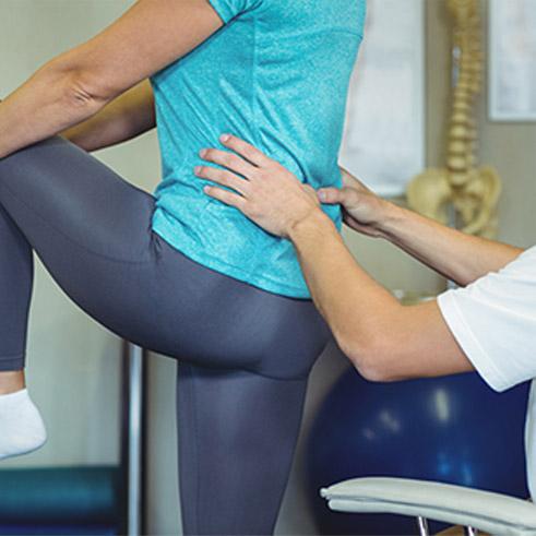 Brügger-Therapie Therapieanwendung Physiotherapeut löst Blockaden und Einschränkungen beim Patient