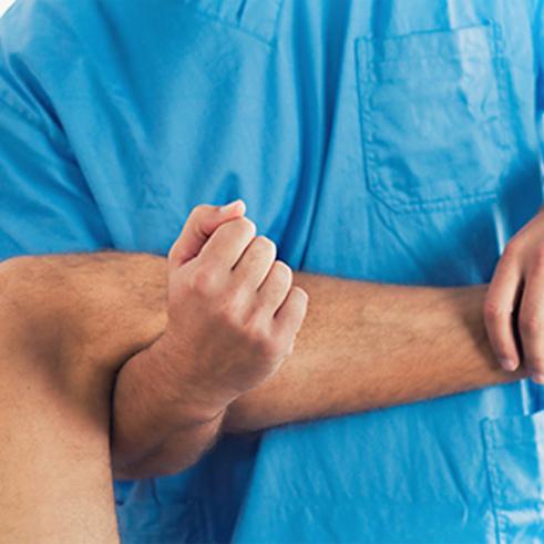 Manuelle Theraphie Therapieanwendung Physiotherapeut hebt Unterschenkel vom Patient an