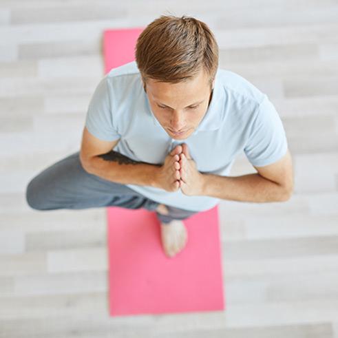 Propriozeptives Training Therapieanwendung Patient macht Übungen auf einer Matte