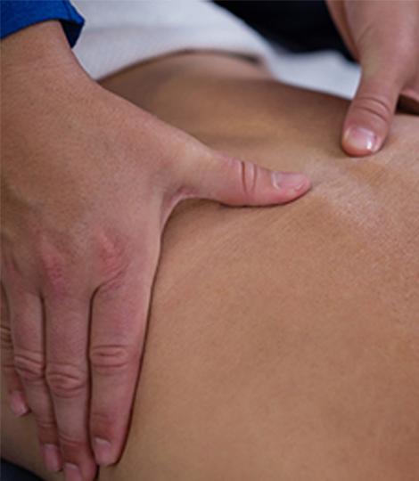 Massage Therapieanwendung Physiotherapeut massiert Patient an der Wirbelsäule