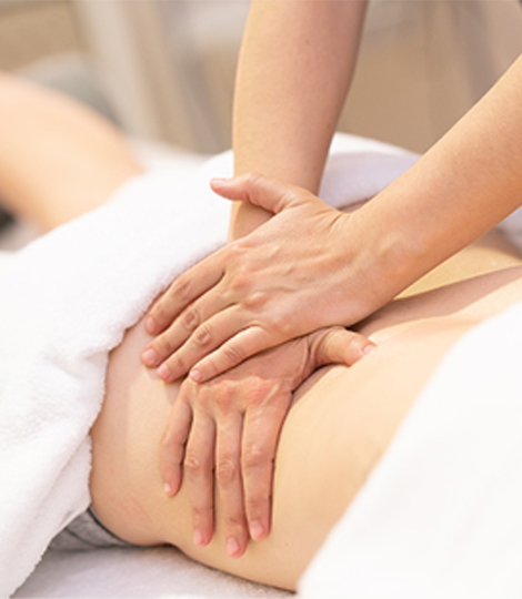 Massage Therapieanwendung Physiotherapeut massiert Patient am Rücken
